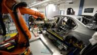 Kuka-Roboter im Einsatz am Band von Mercedes in Sindelfingen