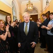 Mitarbeiter applaudieren Boris Johnson in der Downing Street,nach seiner Rückkehr von einem Treffen mit der Queen.