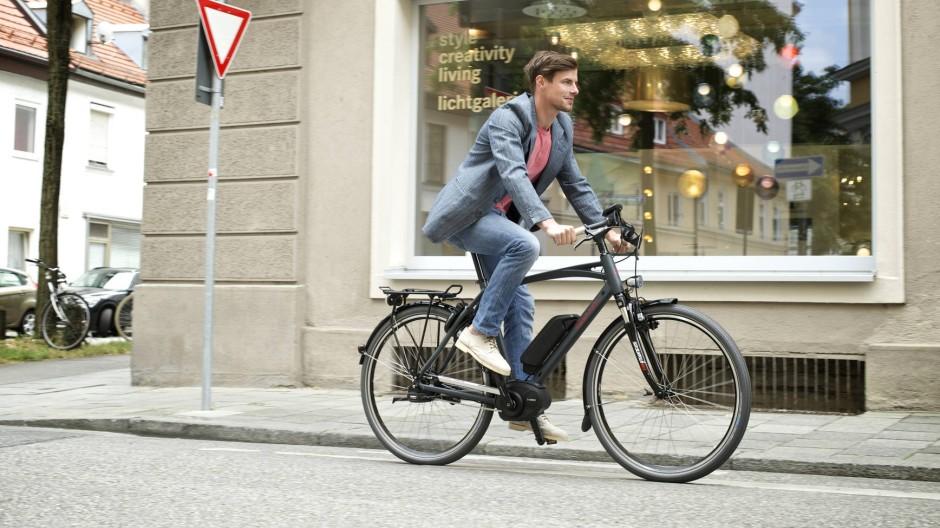 Auch junge Männer fahren E-Bike