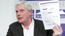 Wikileaks-Sprecher Kristinn Hrafnsson zeigt das Dokument, das Google zur Datenherausgabe aufforderte.