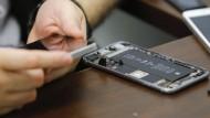 Das FBI hat jemanden gefunden, der ein iPhone knacken kann - viele Fragen bleiben aber, zum Beispiel: Wie viel zahlt der amerikanische Staat dafür?