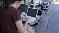 Draußen vor dem Café arbeiten - das können meist nur Freiberufler.