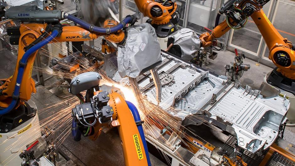 Plattform für Elektromobilität: Roboter arbeiten im VW-Werk in Zwickau an einer Unterbodengruppe.