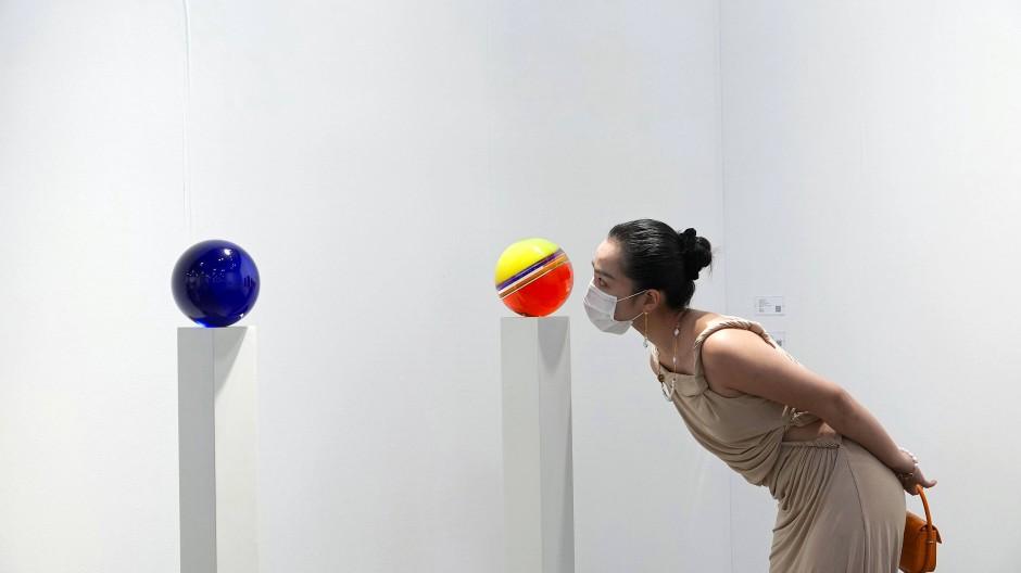 Kunst  wieder hautnah:  Arbeiten  der amerikanischen Künstlerin Helen Pashgian auf der Art Basel in Hongkong im Mai