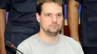 Der Schwede Fredrik Neij umgeben von Polizisten in Thailand