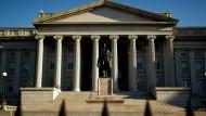 Die Hamilton-Statue vor dem amerikanischen Finanzministerium: Es könnte künftig wieder eine größere Rolle spielen, die Notenbank eine kleinere.