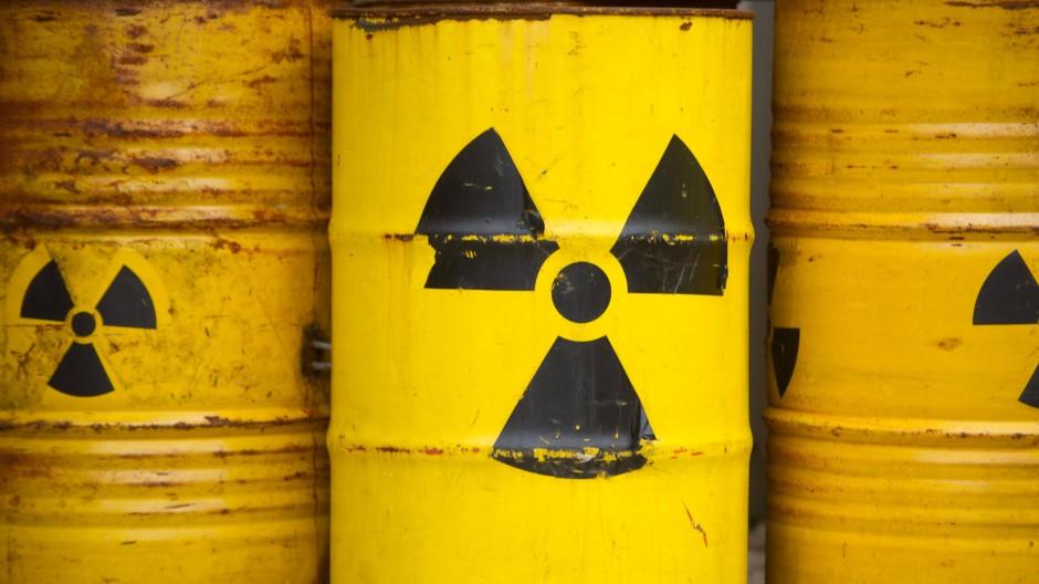 Fässer mit dem Radioaktiv-Zeichen: Die AKW-Betreiber sollen Kosten der Endlagerung des Atommülls an den Staat abgeben können.