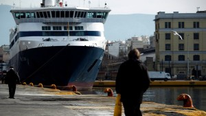 Greek seamen extend 48-hour strike