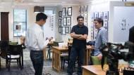 """Der frühere Champion """"Vishy"""" Anand im Gespräch mit der neuen Nummer 2 """"MVL"""" (r.) und dem Amerikaner Fabio Caruana."""
