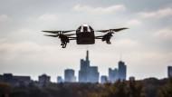 Potentielles Angriffsziel? Eine Drohne vor dem Bankenviertel in Frankfurt