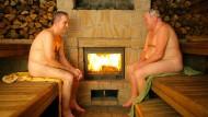 In der Sauna schwitzen kann sehr entspannend sein - wenn man nicht gerade dem Chef über den Weg läuft.