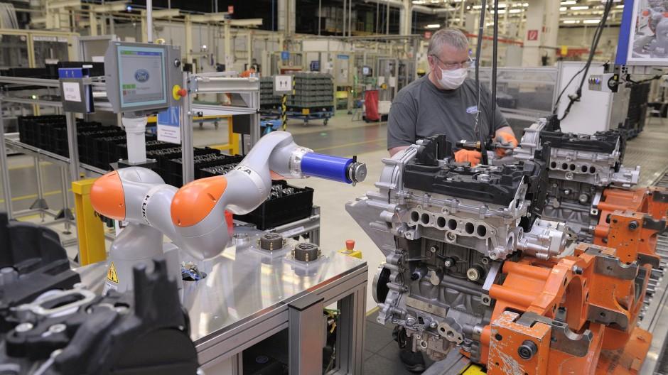 Der Roboter hilft: Blick ins Kölner Ford Motorenwerk