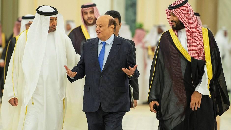 Mohammed bin Salman, Kronprinz von Saudi-Arabien (rechts) mit dem Kronprinzen der Vereinigten Arabischen Emirate (links) und Abed Rabbo Mansur Hadi, Präsident vom Jemen (mitte), am 5. November 2019 in Riad.