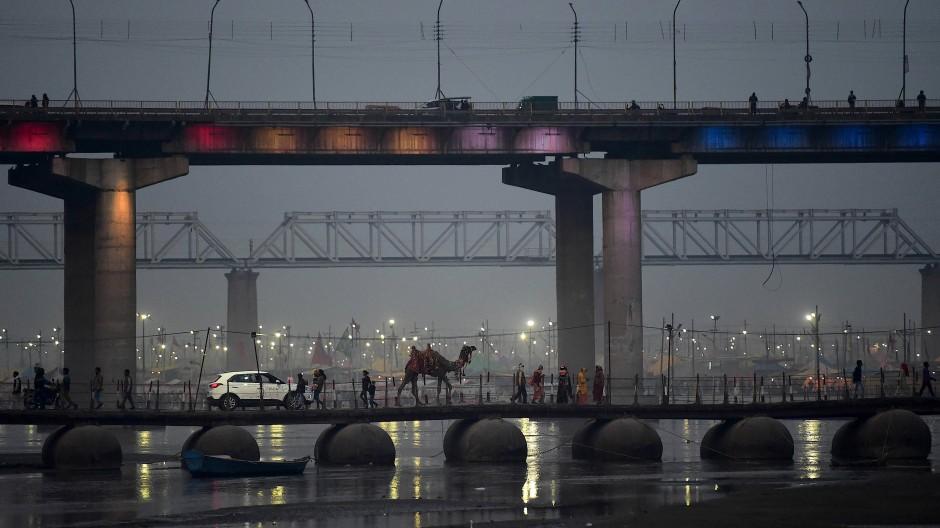 Kamel und SUV: In Indien begegnen sich Vergangenheit und Moderne.