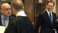Thomas Middelhoff (r) geht im Kölner Landgericht vor Beginn des Strafprozesses Sal. Oppenheim an dem mitangeklagten Immobilienentwickler Josef Esch vorbei.