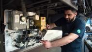Ein junger syrischer Flüchtling arbeitet in Berlin an einer S-Bahn.