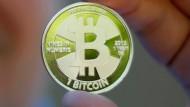 Eine Münze der digitalen Währung Bitcoin
