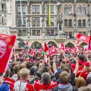 Meisterfeier in München: Die Fans des FC Bayern jubeln ihren Spielern zu.