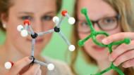 """Frauen mit Interesse an Mint-Fächern werden händeringend gesucht. Hier zu sehen sind zwei Schülerinnen beim Bundeswettbewerb """"Jugend forscht"""" im Jahr 2015."""