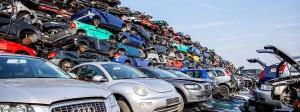 Zahlreiche Autowracks liegen übereinander gestapelt auf einem Schrottplatz in Bottrop.