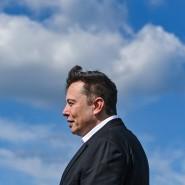 Elon Musk, Tesla-Chef, steht auf der Baustelle der Tesla Gigafactory in Grünheide.