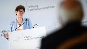 Kramp-Karrenbauer verteidigt Sanktionen gegen Russland