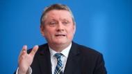 Gesundheitsminister Hermann Gröhe (CDU) muss an vielen Fronten kämpfen.
