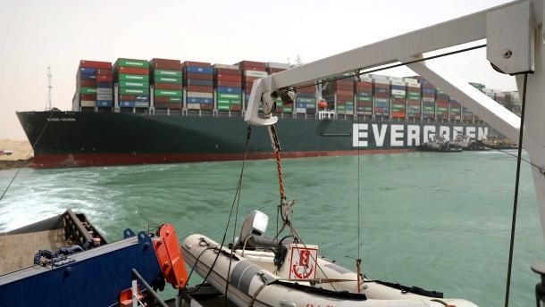 Stau im Suezkanal lässt Wirtschaft bangen
