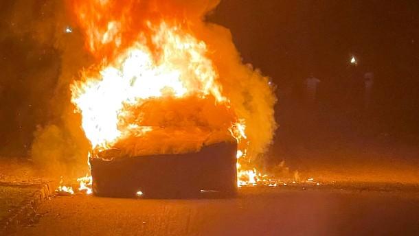 Neues Tesla-Auto fängt Feuer
