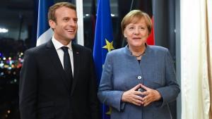Merkel lobt Macron und bleibt bewusst vage