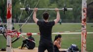 Ein Mann trainiert im Frankfurter Hafenpark