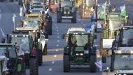 Französische Bauern fahren mit Traktoren nach Paris