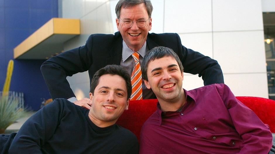 """Die Google-Gründer Sergey Brin (l.) und Larry Page mit ihrem """"Aufpasser"""" Eric Schmidt am Stammsitz des Unternehmens in Mountain View (im Januar 2004)."""