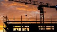 Die Baugenehmigungen für Mehrfamilienhäuser nehmen weniger stark zu als von Einzelhäusern.