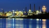 Bayers Chemiepark in Leverkusen: Auch Beschäftigte dort erhalten künftig mehr Geld.
