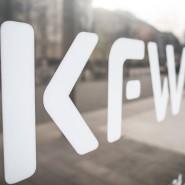 Das Logo der KfW an der Zentrale der KfW Bankengruppe in Frankfurt
