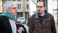 Einer der Angeklagten, Antoine Deltour, spricht mit seinem Anwalt (links).