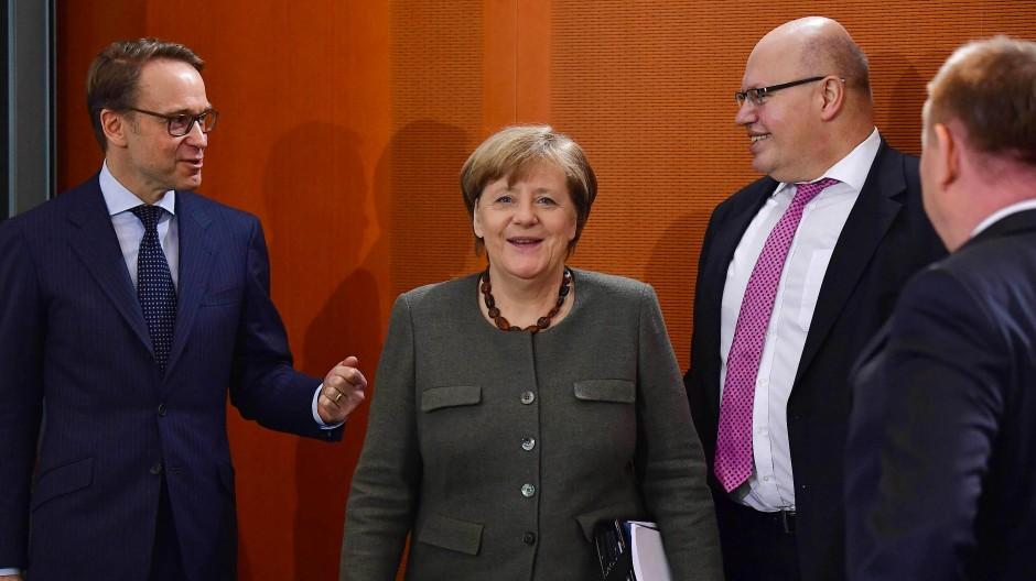 Kanzlerin Angela Merkel und Interims-Finanzminister Peter Altmaier: In den Koalitionsverhandlungen geht es heute um's Geld.