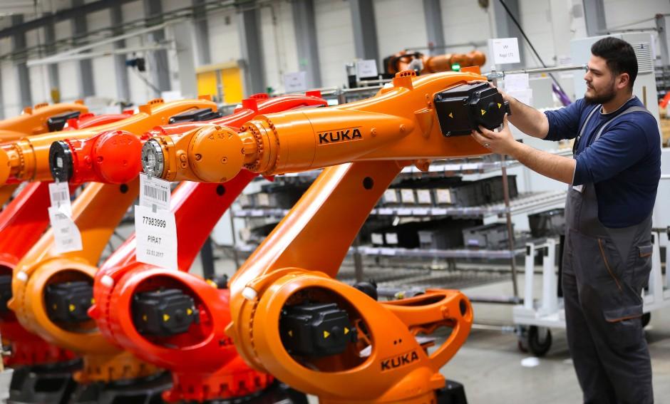 Zukunftsschmiede in Augsburg: ein Blick in die Produktionshallen des Roboterherstellers Kuka