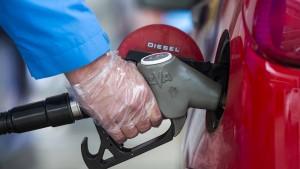 Öl kostet erstmals seit Monaten wieder weniger als 70 Dollar je Barrel