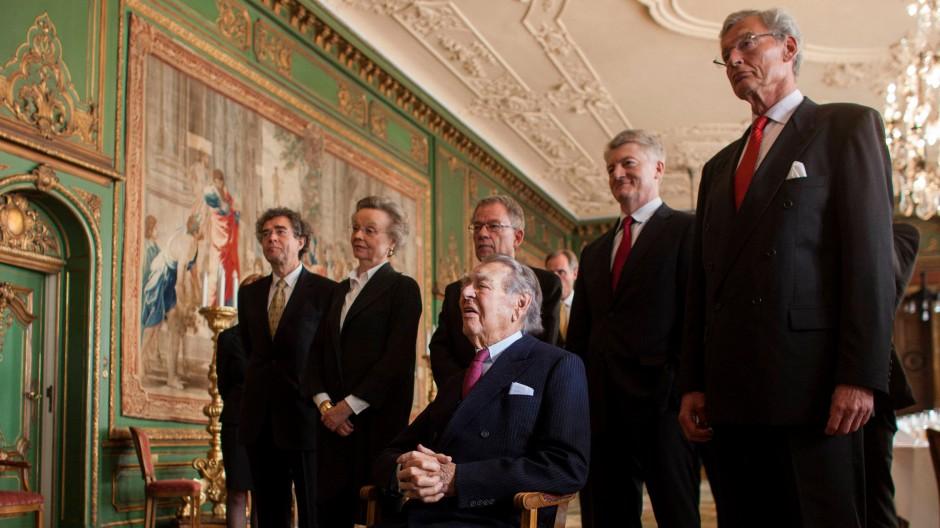 Berthold Beitz im vergangenen Jahr in der Villa Hügel. Direkt hinter ihm stehen Thyssen-Krupp-Chef Heinrich Hiesinger und Gerhard Cromme (r), damals noch Aufsichtsratschef bei Thyssen-Krupp.
