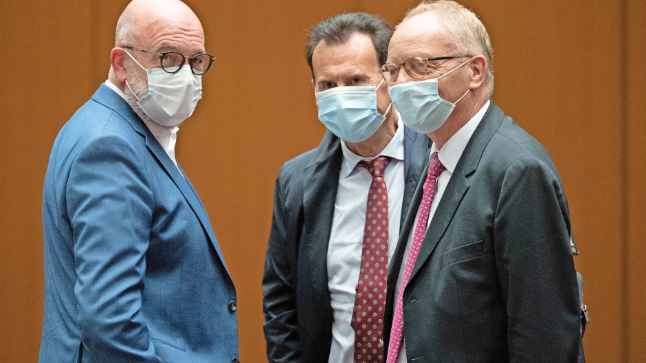 VW-Leute am Gericht: Bernd Osterloh (l), früher Gesamtbetriebsratsvorsitzender, Karlheinz Blessing (M), früher Personalvorstand, und Anwalt Manfred Parigger