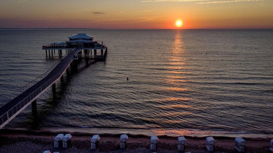Sonnenaufgang am Timmendorfer Strand. An der Küste sind nur noch wenige Unterkünfte  frei.