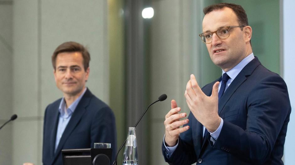 Gesundheitsminister Jens Spahn spricht zusammen mit Googles Zentraleuropachef Philipp Justus (links) am Dienstag in Berlin.
