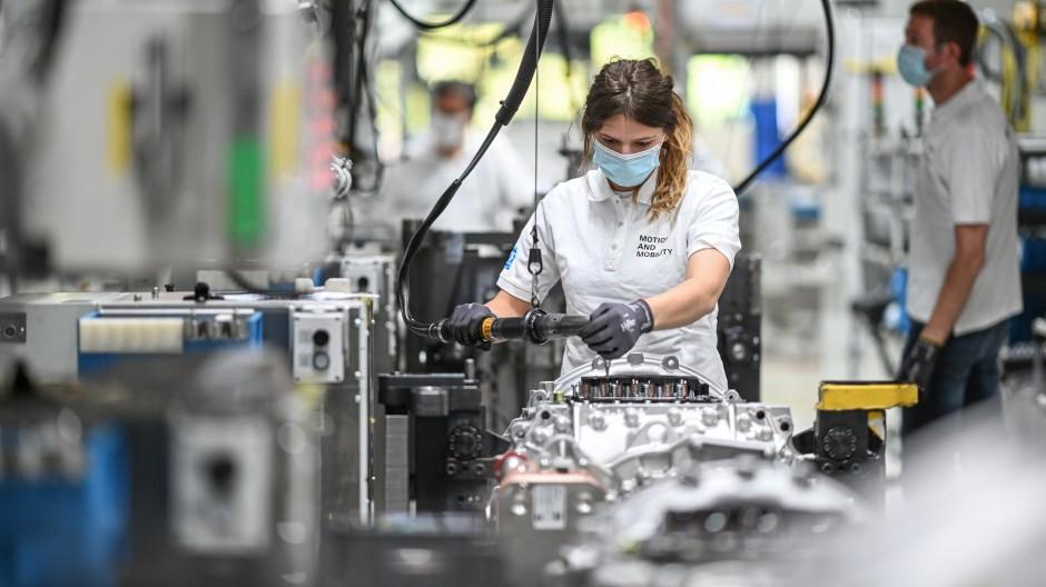 Eine Monteurin arbeitet im Werk des Automobilzulieferers ZF Friedrichshafen an ein Getriebe für Lastwagen.