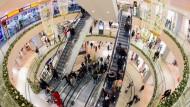 Die Deutschen kaufen wieder gerne ein: Zuvor hatte sich das Konsumklima über mehrere Monate eingetrübt.