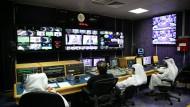 Die Satelliten der Saudis bieten Sportübertragungen frei Haus: BeIn-Mitarbeiter in dem Studio in Doha, dass den Konflikt am Golf anheizt.