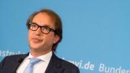 Vertrauen ist gut, Kontrolle ist besser: Verkehrsminister Dobrindt nach einem Treffen mit Opel-Vertretern in Berlin.