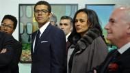 Vertraut mit der Welt der Schönen und Reichen: Isabel dos Santos (rechts) mit ihrem Ehemann und Kunsthändler Sindika Dokolo einer Ausstellung in Porto