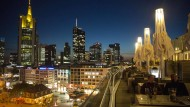 Die Zentrale der Commerzbank in Frankfurt mit gelb beleuchteter Turmspitze